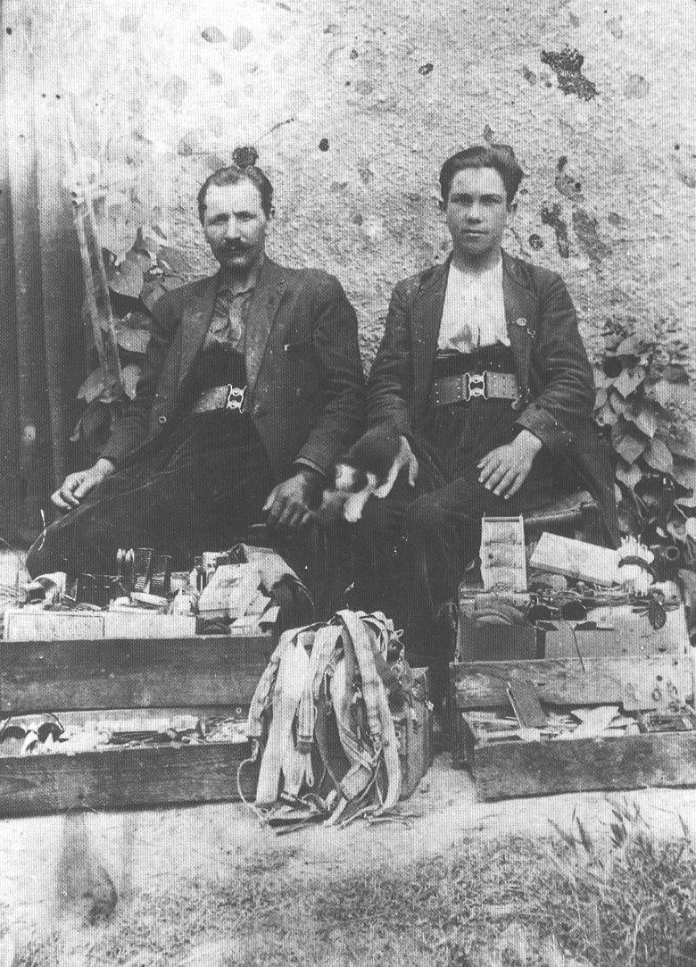1930 circa - Francia - Giulio Coduri e Tullio Menini, venditori ambulanti (originari di Zeri - Massa Carrara)