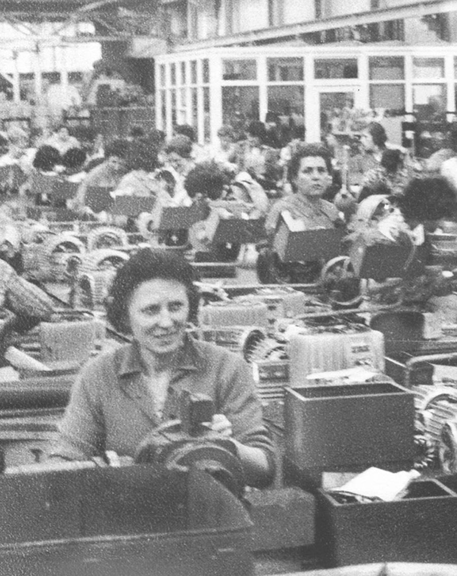 """1948 - Baden-Baden (Germania) - Il reparto """"avvolgimento motori"""" della Brown Boveri, con molte operaie italiane"""