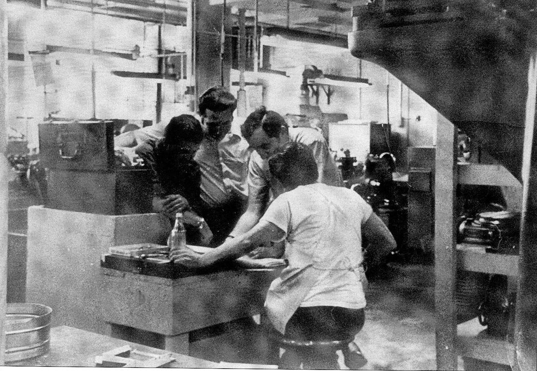 """1968 - Long Island (USA) - Lorenzo Bianchinotti, emigrato emiliano sta lavorando nell' ambito del progetto """"Apollo 8"""""""