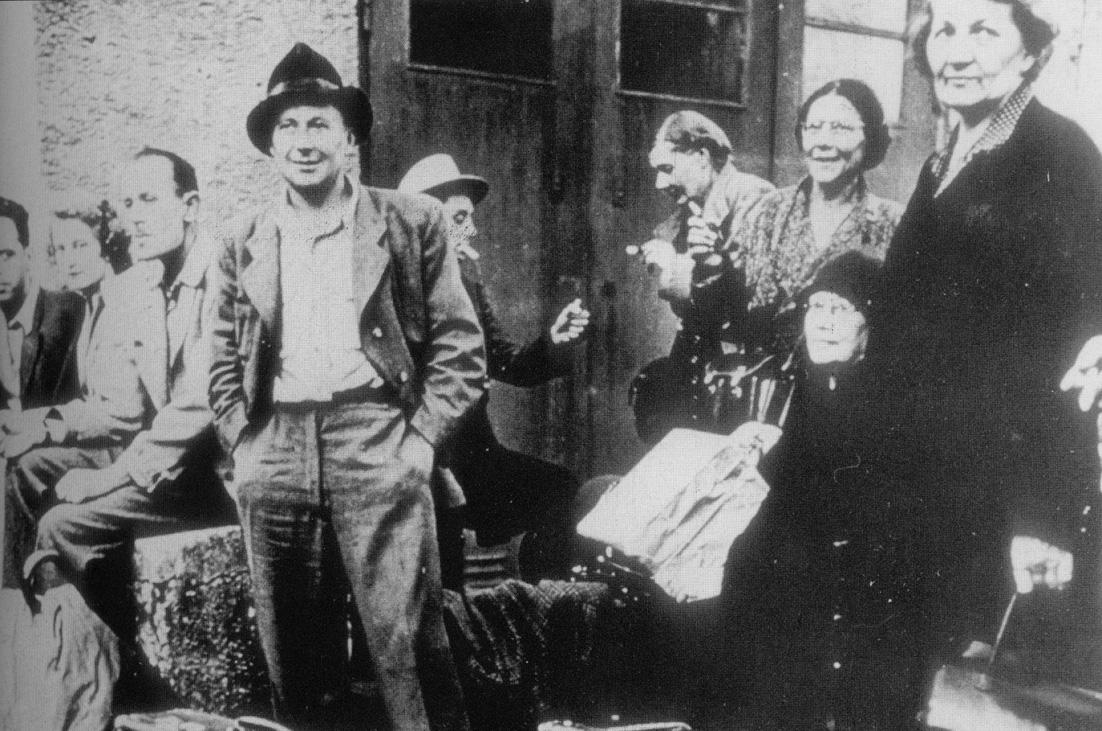1959, Genova - Emiliani in attesa dell'imbarco per l'America