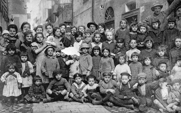 1912 - Esch-sur-Alzette (Lussemburgo)  - Gruppo di emigranti italiani con i figli