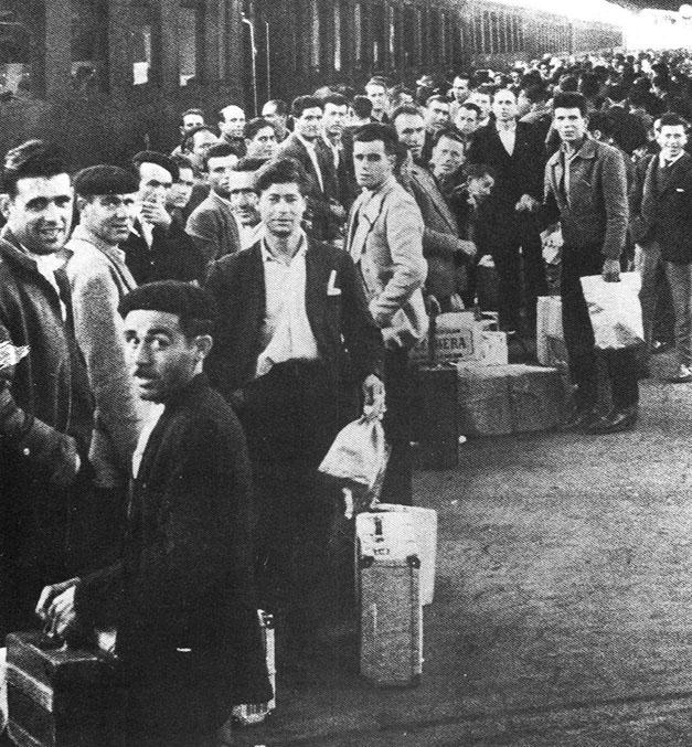 1955-60 - Emigranti in partenza in una stazione italiana di frontiera