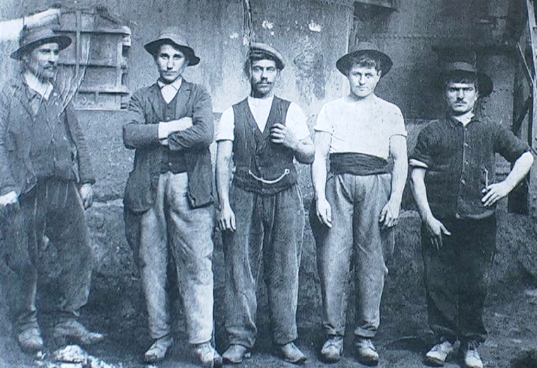 1906 - Dudelange (Lussemburgo) - Lavoratori umbri di fronte all'ingresso di una miniera di carbone