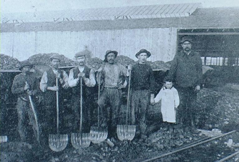 1912 - Villerupt (Francia) - Gruppo di caricatori nell'acciaieria di Aubrives