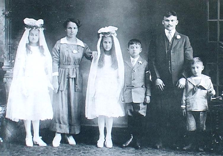1905 - Pittston (Pennsylvania-USA) - Comunione delle figlie di una famiglia originaria di Nocera Umbra