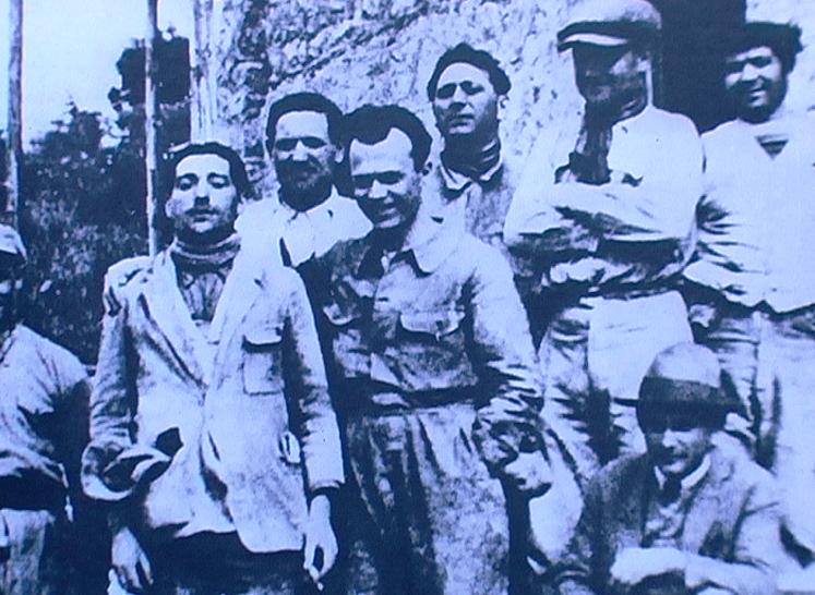 1928 - Nizza (Francia) - Gruppo di muratori composta da emigrati esuli antifascisti umbri con al centro Sandro Pertini che lavorava nella piccola ditta