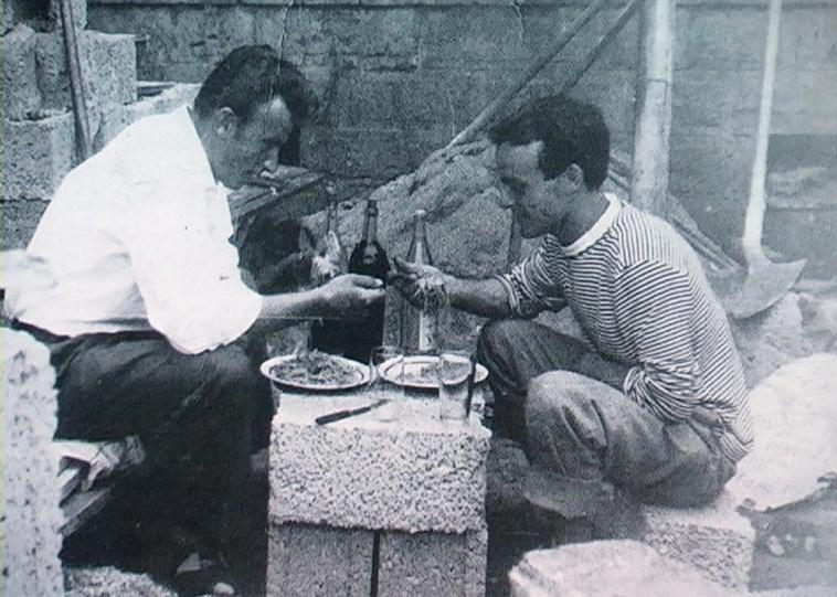 1951 - Audun-le-Tiche (Francia) - muratori nella pausa pranzo