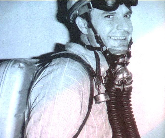1954 - Liegi (Belgio) - Gino Bini con equipaggiamento di soccorso minerario
